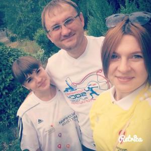 Бандурина Мария и Иваница Алина с человеком планеты Сергеем Бурлаковым.